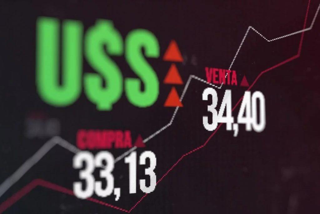Acciones en alza el dólar caía miércoles.