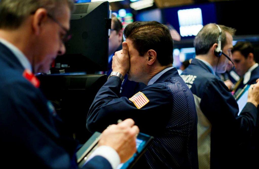Las acciones mundiales caían y el dólar tocaba un máximo de dos meses el jueves por preocupaciones de los inversores sobre otro impacto