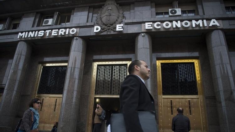 Economía coloca deuda en pesos por $107.000 millones