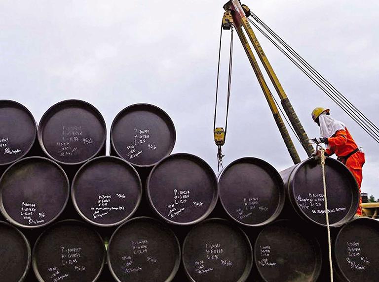 El petróleo borra la mitad de lo ganado la semana pasada