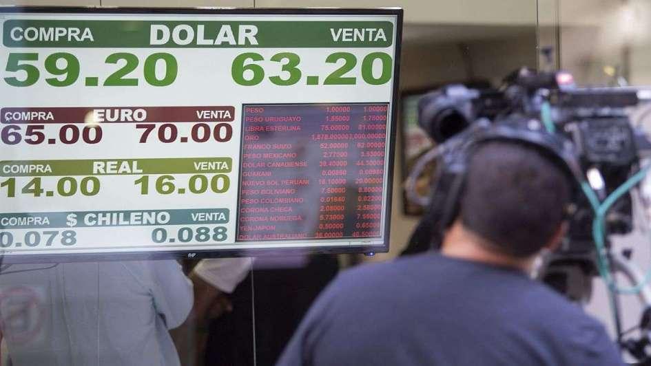 El dólar cerró en baja a $63,22 pero acumuló en octubre una suba de $3,31