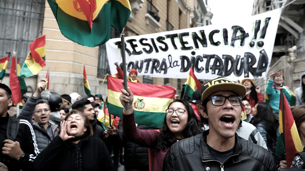 Morales se asila en México y despliegan milicias en La Paz