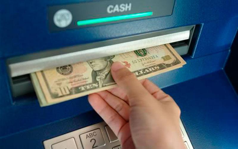 Se pueden retirar dólares en cajeros automáticos