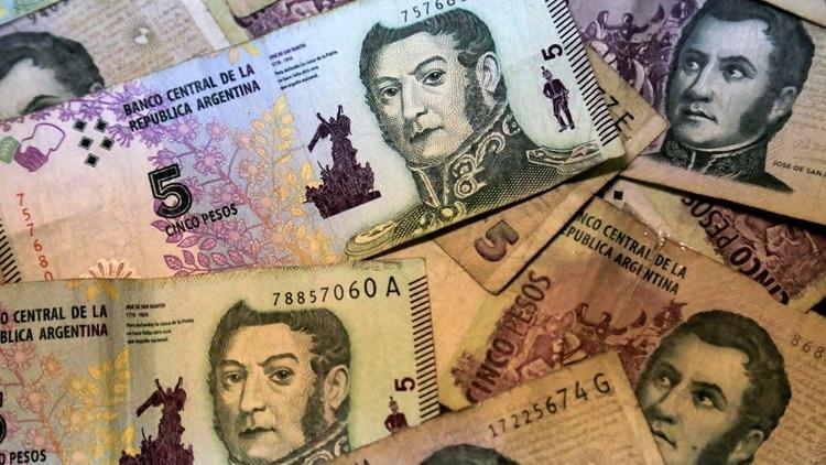 Extienden por un mes la circulación legal de los billetes de 5 pesos