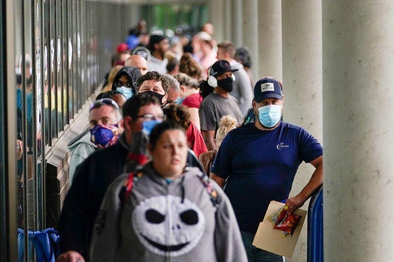 Subsidios al desempleo en EEUU suben a casi 1 millón