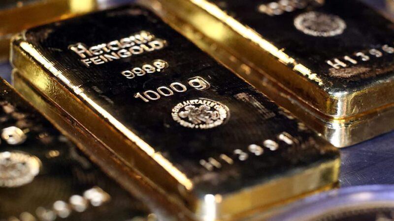 El oro rebotó un 1% este lunes ayudado por la baja en los Bonos estadounidenses