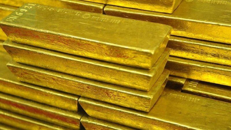 Leve caída para el precio del oro