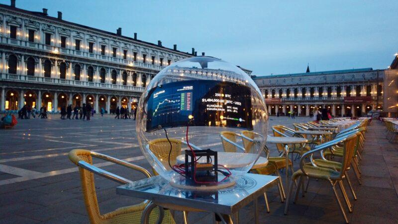 La Bienal de Venecia cautivada por la obra Money and Crypto Talks de Alberto Echegaray Guevara