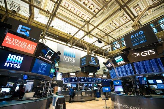Leves bajas por temores a inflación en Wall Street