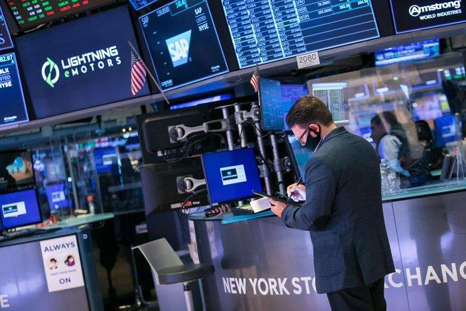 Acciones tecnológicas a flote en Wall Street