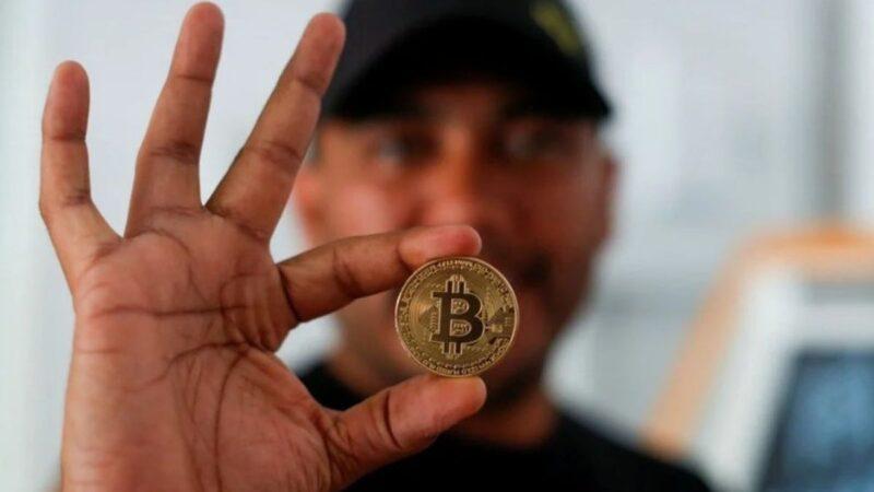 Sueldos en bitcoin contemplan pagar en El Salvador