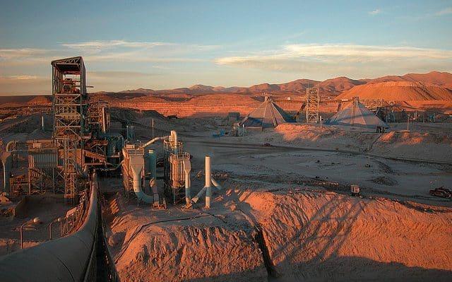 Ordenan a mina de cobre Cerro Colorado detener extracción en acuífero