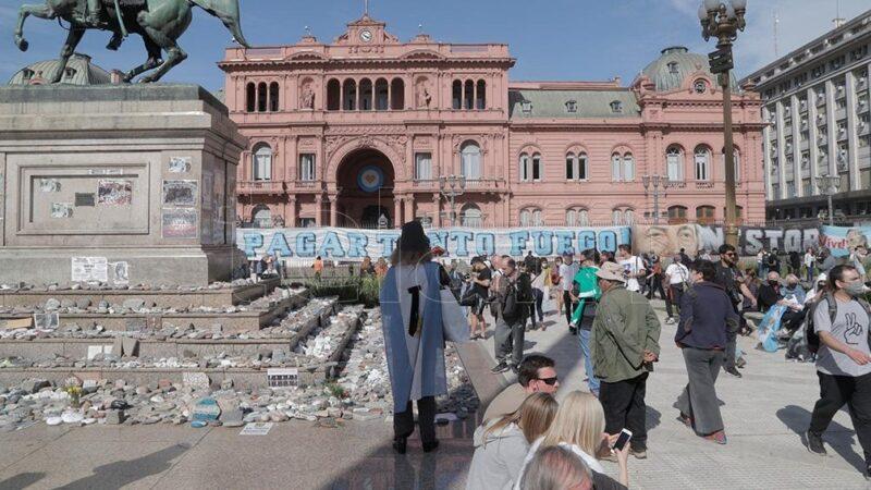 El oficialismo busca recuperar la calle para revitalizar la campaña, pero muestra imágenes de disputas internas